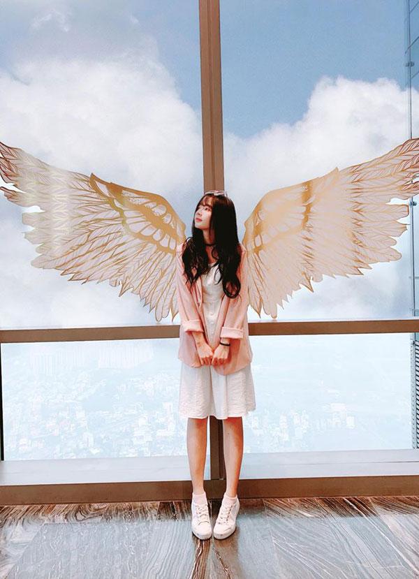 Hot girl ảnh thẻ Lê Lý Lan Hương là một trong những người đầu tiên khoe loạt ảnh check-in ngọt ngào bên đôi cánh thiên thần và bầu trời mây trắng bồng bềnh. Cô nàng diễn viên xinh xắn của FAPTV tiết lộ đã ghé thăm Đài quan sát cao nhất Đông Nam Á - Landmark 81 SkyView ngay trong ngày đầu tiên khai trương.