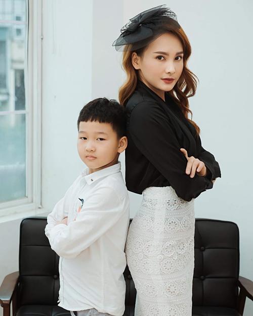 Diễn viên Bảo Thanh và con trailàm mặt lạnh lùng khi tạo dáng.