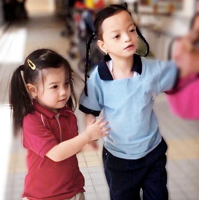 May mắn hơn rất nhiều so với chị gái, bé thứ hai của Lệ Kỳ -Michela khỏe mạnh, phát triển tốt, trở thành người bạn lớn của chị gái. Cô bé 3 tuổi cũng được mẹ chỉ dạy nhiều kỹ năng để giúp đỡ người chị thiểu năng.
