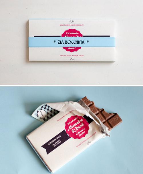 3. Thiệp cưới là... bao bì gói chocolateTên của uyên ương được in trên bao bì kèm các thông tin cơ bản về ngày, giờ, địa điểm tiệc cưới. Đây vừa là thông báo hỷ và làquà tặng mà uyên ương gửi đếnkhách mời.