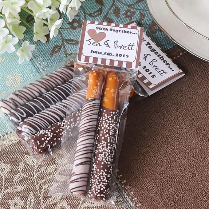 7. Thiệp cưới là bánh gậyMón bánh khoái khẩu của nhiều người được uyên ương chọn để thông báo tinhỷ. Ở trong tiếng Anh, bánh gậy có chữ stick - ngụ ý về sự gắn bó.
