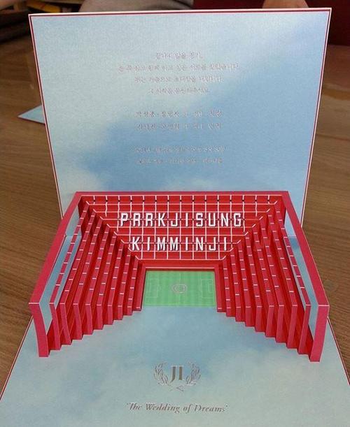 1. Thiệp cưới mô phỏngsân vận động Năm 2014, cựu cầu thủPark Ji Sung đã bê nguyên một sân vận động Old Trafford thu nhỏ vào thiệp cưới. Hình ảnh của sân được thiết kế theo phong cách 3D với khán đài là dòng chữ ghi tên của cô dâu, chú rể. Bên dưới là dòng chữ đám cưới của những giấc mơ - thể hiện tình yêu của Park Ji Sung với đội bóng Manchester United.