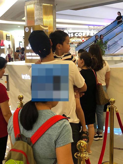 Một chuyên trang về showbiz vừa đăng tải bức ảnh được cho là chụp doanh nhân Louis Nguyễn bếbé Richard dạo chơi tại một trung tâm thương mại ở TP HCM. Ở góc chụp nhìnnghiêng, con trai Hà Tăng sở hữu làn da nâu bánh mật và được nhận xét giống bố như đúc.