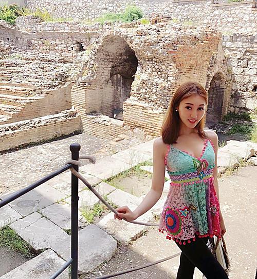 Cuộc sống ăn chơi du lịch của nàng Á hậu trước khi ly hôn tỷ phú sòng bài - 19