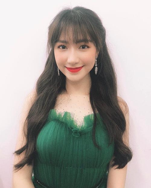 Hòa Minzy đẹp dịu dàng với mái tóc dài. Khi được diễn viên Duy Khánh hỏi sao tóc dài nhanh vậy, nữ ca sĩ đáp: Con gái mà, thoắt ẩn thoắt hiện. Fan cho rằng cô đã nối tóc để trông khác lạ hơn khi biểu diễn bởi cô mới cắt tóc ngắn cách đây chưa lâu.