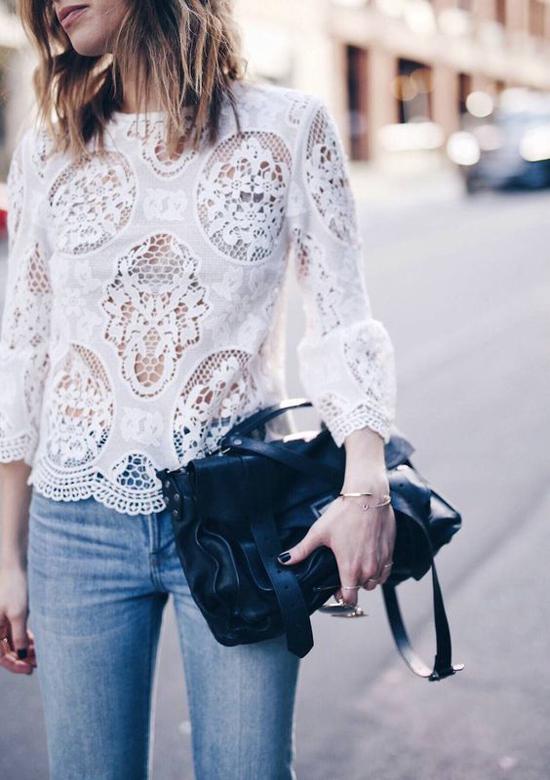 Áo ren trổ thủng tạo khoảng hở bắt mắt và khiến các mẫu áo mùa hè của phái đẹp công sở trở nên độc đáo hơn.