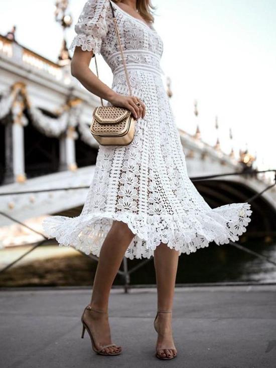 Váy ren hoa xuyên thấu khiến người mặc gợi cảm hơn khi xuống phố mùa hè.