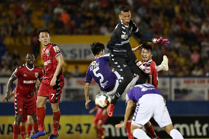 Tấn Trường bắt hụt bóng trong tình huống gỡ hoà 2-2 của Thành Chung. Ảnh: Đức Đồng.