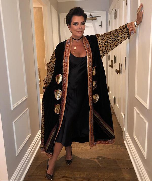 Kris Jenner sang chảnh trong bộ váy lụa và áo khoác da báo. Bà từng là mỹ nhân một thời và 5 người con gái Kim, Kourtney, Khloe Kardashian, Kendall Jenner và Kris Jenner đều được thừa hưởng nhan sắc của mẹ.
