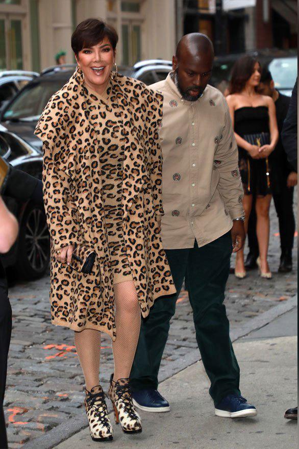 Ngày 4/5, Kris Jenner cùng bồ trẻ làm khách mời tại sự kiện ra mắt dòng mỹ phẩm mới ở Soho, New York.