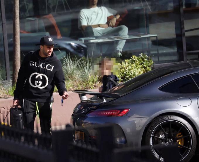 Hậu vệ tuyển Anh mua xe mới sau khi bị bạn gái đuổi ra khỏi nhà vì lăng nhăng.