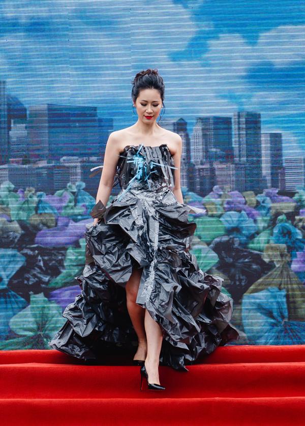 Nhằm truyền tải thông điệp về mộtmôi trường không rác thải, rất nhiều nghệ sĩ Hà Nội đã đến tham dự chương trình Ngày tử tế, diễn ra vào ngày 5/5 tại Hồ Gươm, Hà Nội. Trong sự kiện, Hoa hậu Dương Thùy Linhhiếm hoi thể hiện khả năng catwalk khi trình diễn trang phục được làm từ vật dụng tái chế như túi nilong, ống hút.