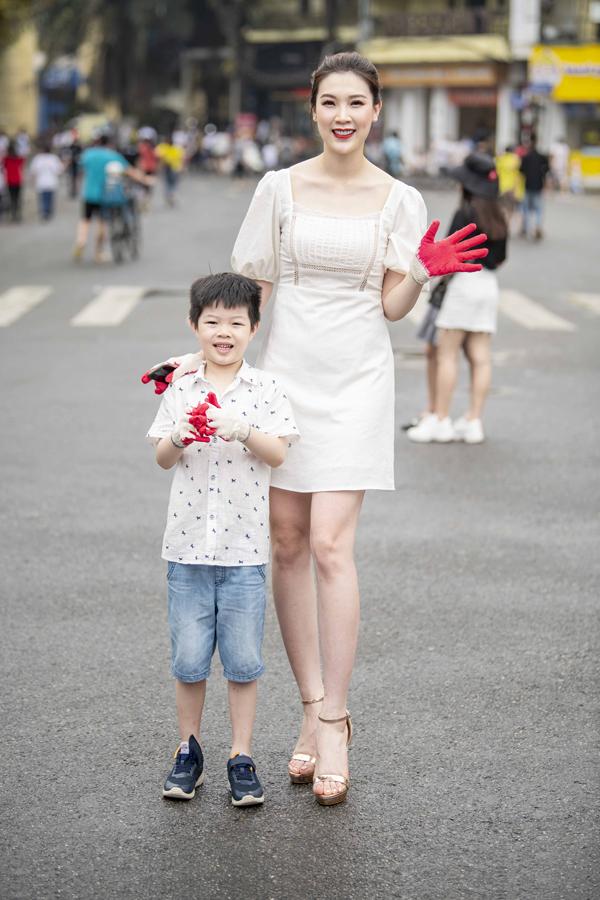 Hoa hậu Phí Thùy Linh đưacon trai đầu lòng đến tham dự.