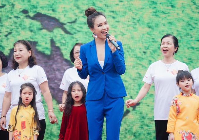 Ca sĩ Ái Phương cùng 100 diễn viên quần chúng kết hợp ở tiết mục Như hòn bi xanh.