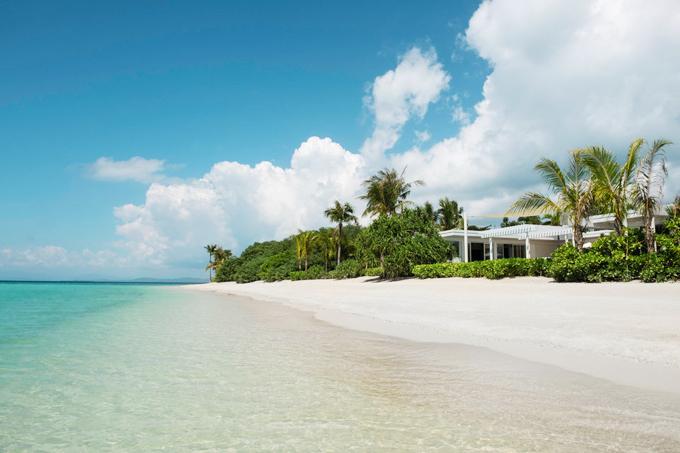 Khu nghỉ được bao quanh bởi bờ cát trắng xóa như tuyết, làn nước biển xanh trong tựa pha lê, chẳng thua kém những resort nổi tiếng ở Maldives hay ở Nam Thái Bình Dương.