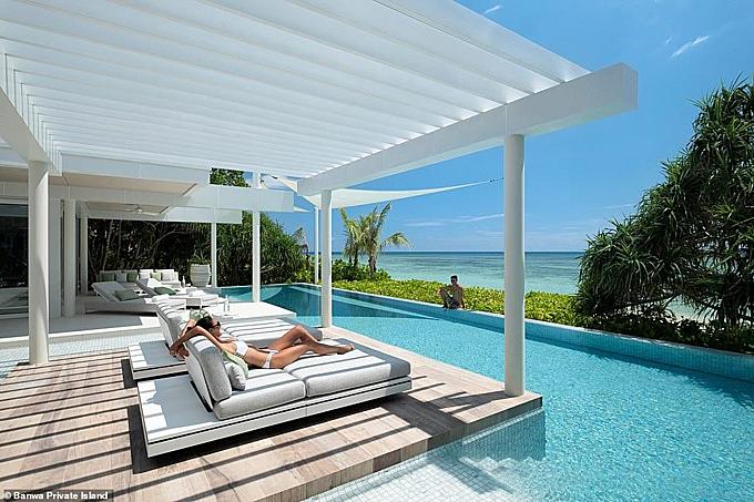 Mỗi villa đều có 1 hướng dẫn viên 24/24h có thể hỗ trợ khách mỗi khi có bất kỳ yêu cầu gì hoặc muốn trải nghiệm các hoạt động vui chơi trên đảo. Ngoài ra, du khách cũng được cung cấp các dịch vụ spa trị liệu chuyên nghiệp.