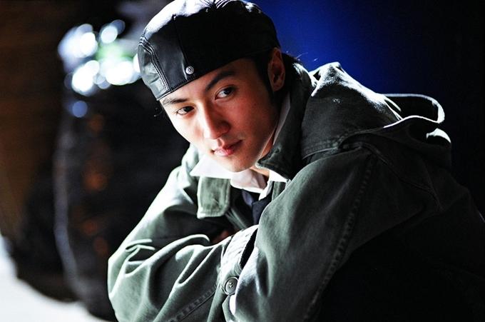 Tạ Đình Phong đóng phim Tân Câu chuyện cảnh sát năm 2004.