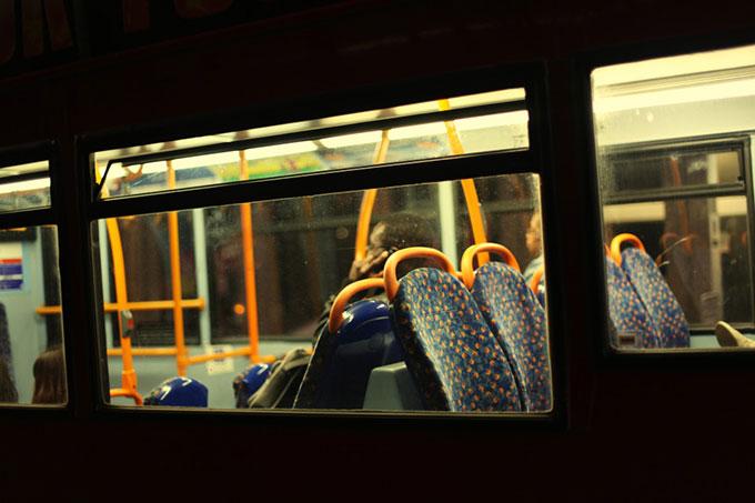 Hành khách bi phát hiện xem phim sex trên xe buýt vì quên đeo tai nghe. Ảnh minh hoạ: UK Press.