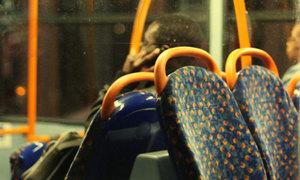 Bị phát hiện xem phim sex trên xe buýt vì quên cắm tai nghe