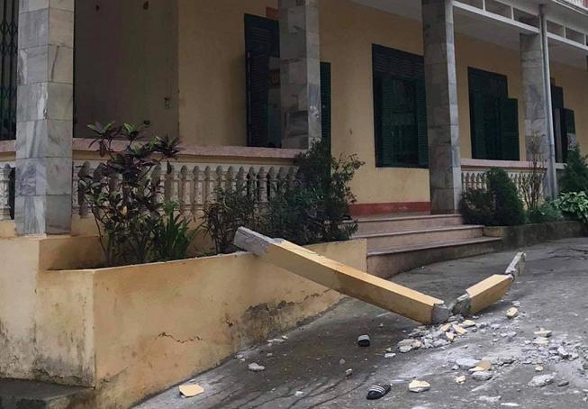Cột bê tông rơi trúng hai học sinh. Ảnh: Đ.B.