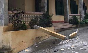 Cột bê tông dài 3 m rơi trúng hai học sinh trong sân trường