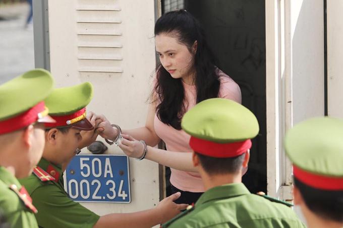 Văn Kính Dương được dẫn giải tới tòa sáng nay. Ảnh: Thành Nguyễn.