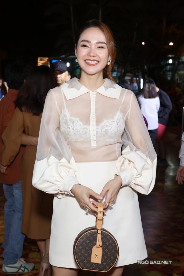 Minh Hằng xách túi hiệu, mặc gợi cảm dự sự kiện điện ảnh tổ chức ở một cụm rạp tại TP HCM.
