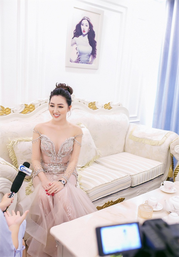 Hoa hậu Huỳnh Thúy Anh vừa chia sẻ hình ảnh căn hộ tiền tỷ cô mua cách đây hai năm, sau nhiều năm miệt mài làm việc. Căn hộ của cô được giới thiệu trong chương trình Không gian sống - HTV9.
