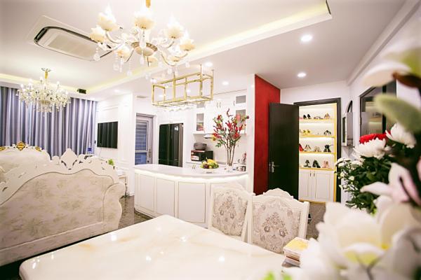 Ê kíp make-up: Nguyễn Tường Thiên, stylist: Tuấn Tú, photo: Lê Ngọc Kỳ giúp hoa hậu ghi lại những hình ảnh đẹp.