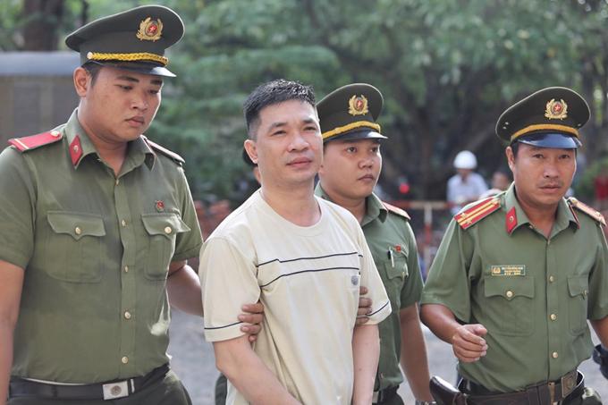 Vũ Hoàng Anh Ngọc bước xuống từ xe thùng tới phiên xử sáng nay ở TP HCM. Ảnh: Thành Nguyễn.