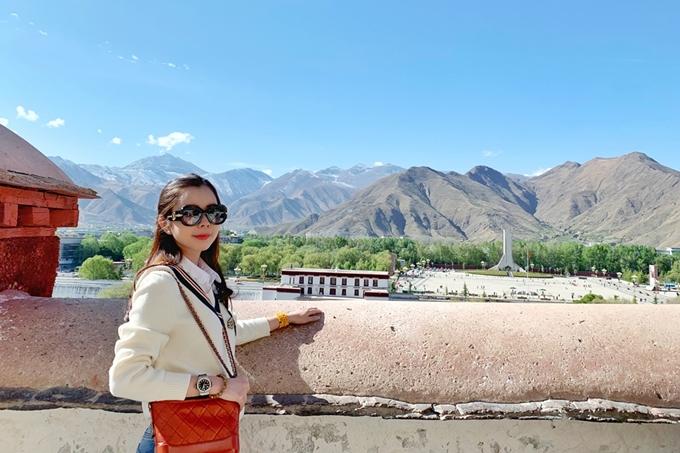 Mùa xuân là thời điểm lý tưởng để hành hương và tham quan Tây Tạng. Ngoài visa Trung Quốc, du khách cần xin thêm giấy thông hành riêng vào Tây Tạng do Đại sứ quán Trung Quốc cấp.