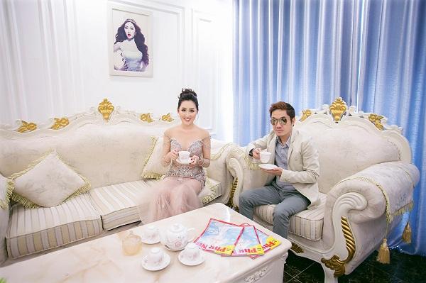 Ông Bầu Ngô Đình Hòa - người thầy đồng hành cùng hoa hậu trong các hoạt động nghệ thuật tới thăm nhà cô.