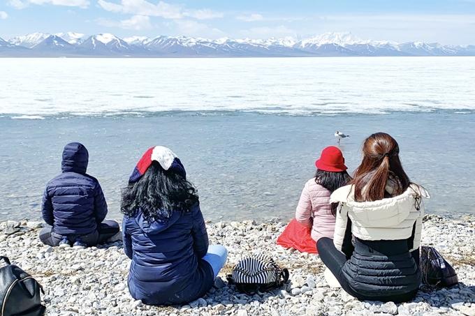 Các thành viên trong đoàn dành thời gian cảm nhận sự bình yêu và năng lượng tích cực tỏa ra từ hồ