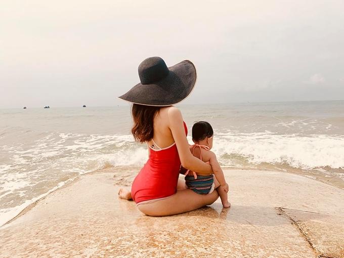 Trà Ngọc Hằng và con gái trong chuyến du lịch biển.