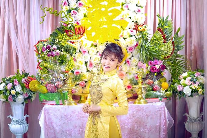 Kim Linh bên thành phẩm là cặp rồng phượng do chính tay cô thực hiện.