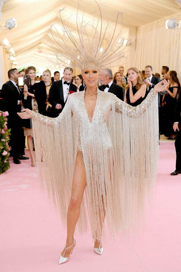 Mẫu đầm tua rua mềm mại của Oscar de la Renta giúp diva Celine Dion tỏa sáng.