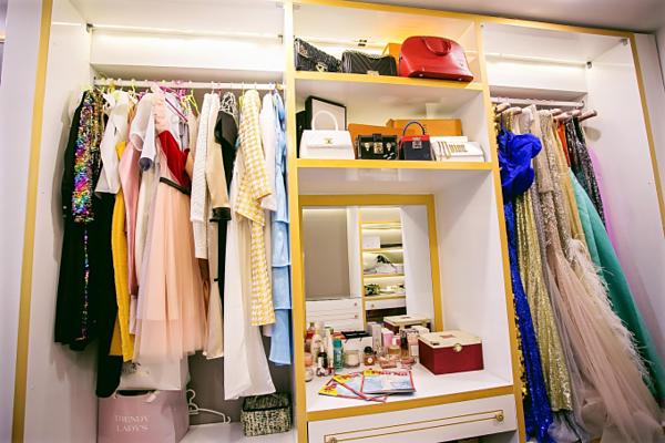 Hoa hậu thiết kế một phòng để quần áo, giày dép trông giống shop thời trang.