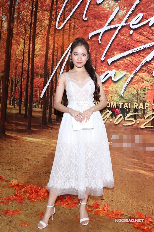 Ca sĩ Sara Lưu - bạn gái nhạc sĩ Dương Khắc Linh đi xem phim tối 6/5.