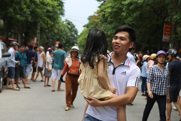 Một phụ huynh đón được con. Ảnh: Nguyễn Hải.