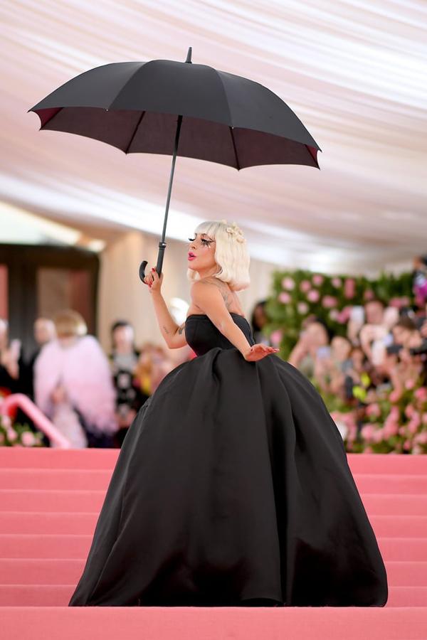 Ngay sau đó, ngôi sao A Star Is Born cởi váy hồng bên ngoài, để lộ đầm quây kiểu cổ điển.