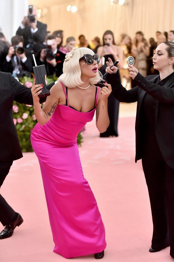 Gaga biến hóa với đầm hai dây kèm theo những phụ kiện từ giữa thế kỷ 20.