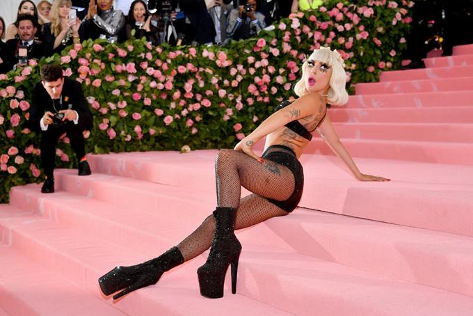 Gaga đã thể hiện xuất sắc chủ đề Camp: Những điểm nhấn trong thời trang của Met Gala năm nay khi tôn vinh những bộ trang phục mang tinh thần phù phiếm, nổi loạn và vui tươi trong suốt lịch sử của ngành thời trang phương Tây.