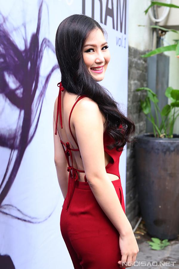 Vực dậy sau những scandal, tháng 7/2017, Hương Tràm cho ra mắt album đầu tay mang tên Chờ và cho biết, đang hướng đến hình ảnh mạnh mẽ, gợi cảm.