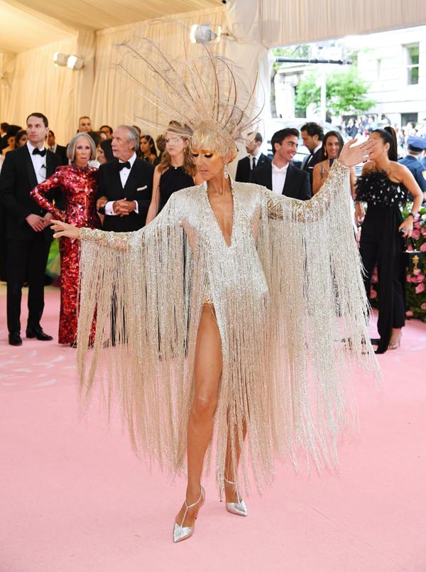 Diva Celine Dion cũng gây ấn tượng với váy lông vũ, thể hiện sự phù phiếm, sa hoa của thời trang quý tộc.