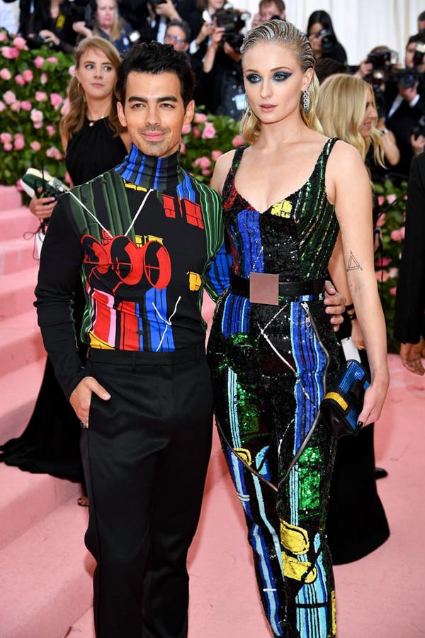 Joe Jonas mặc ton sur ton với nữ diễn viên Sophie Turner. Cặp đôi chỉ vừa kết hôn vào tuần trước sau lễ trao giải Billboard.