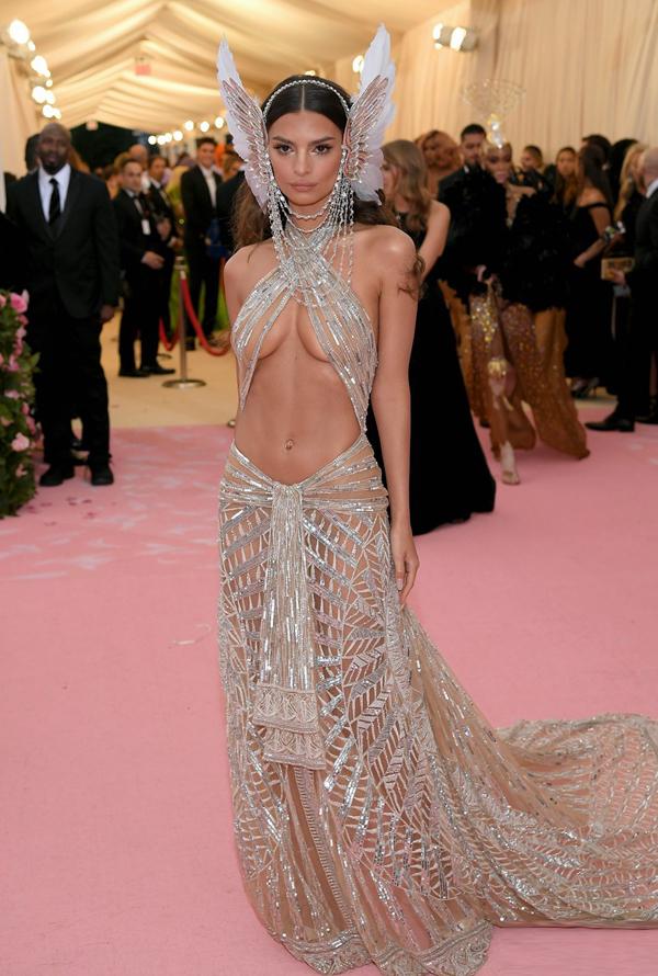 Người mẫu Emily Ratajkowski triệt để khoe thân trong bộ đồ xuyên thấu.