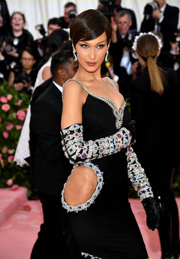 Người mẫu Bella Hadid diện đầm khoét sexy.