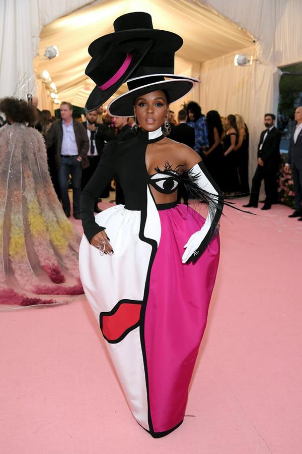 Ca sĩ Janelle Monáe diện trang phục một mất một còn.