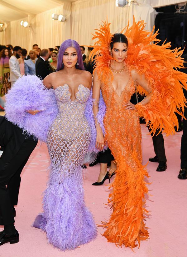 Hai cô em gái của Kim, Kylie Jenner (trái) và Kendall Jenner cũng thu hút sự chú ý với đầm lông vũ gợi cảm.