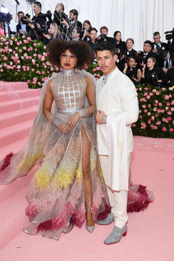 Hoa hậu Thế giới Priyanka Chopra diện váy xẻ tới eo tạo dáng bên chồng trẻ Nick Jonas.